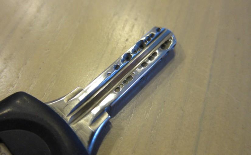 ピカールケアで錆びた真鍮鍵がピカピカに